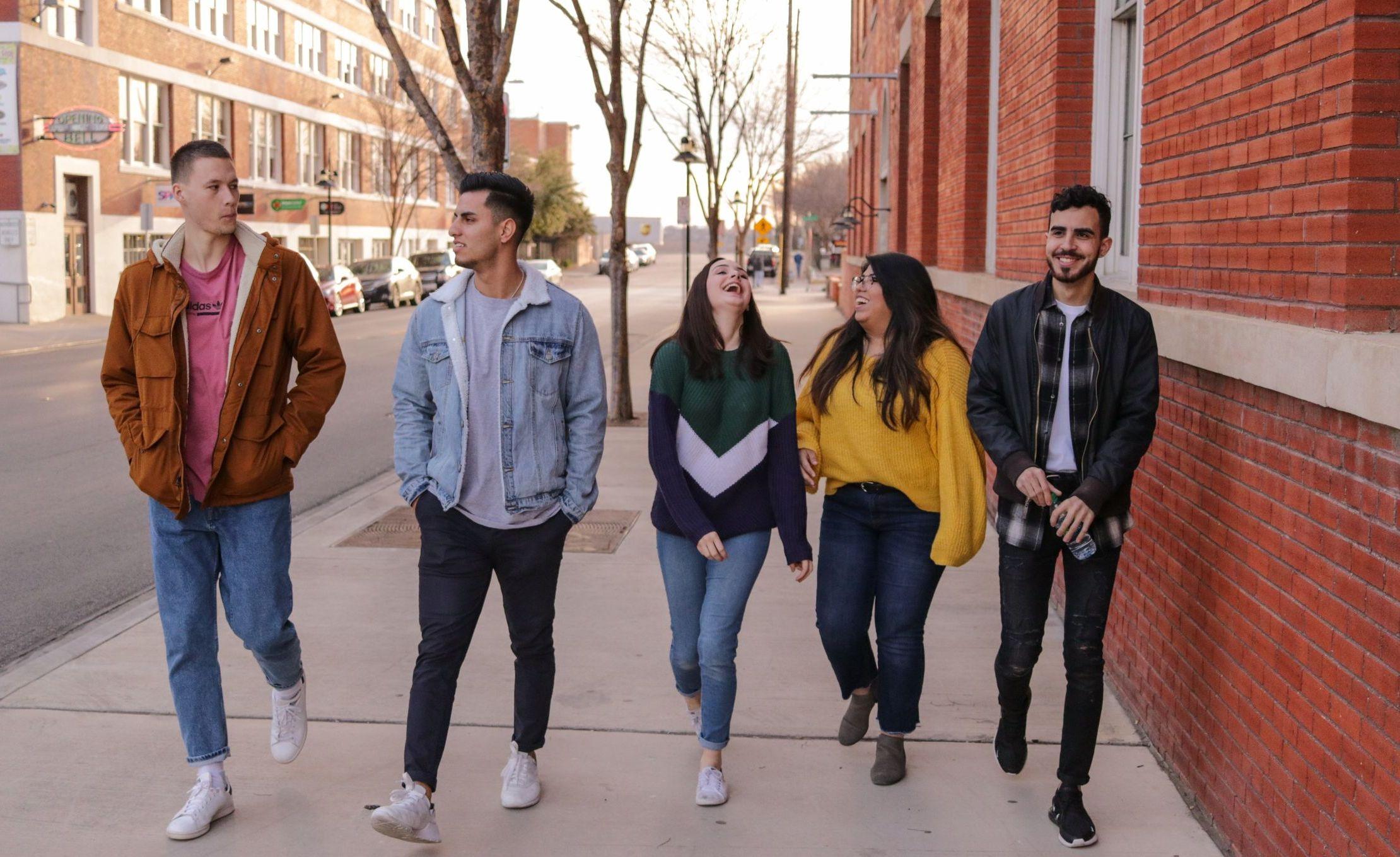 Gruppe junger Menschen, die lachen und sich sichtlich wohl fühlen