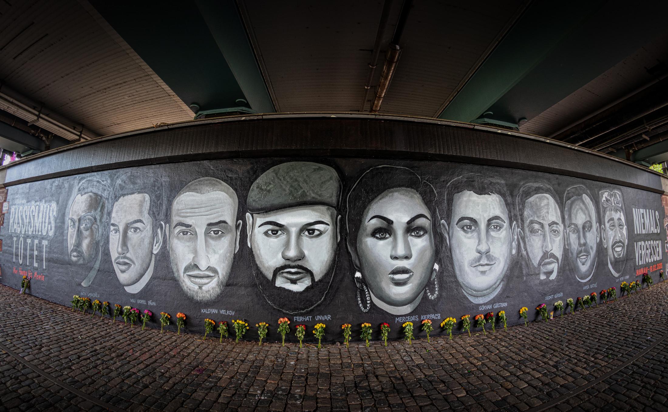 Unter der Friedensbruecke in Frankfurt erinnert ein 27 Meter langes Gedenk-Graffiti an die Opfer des Anschlags in Hanau am 19. Februar 2020.