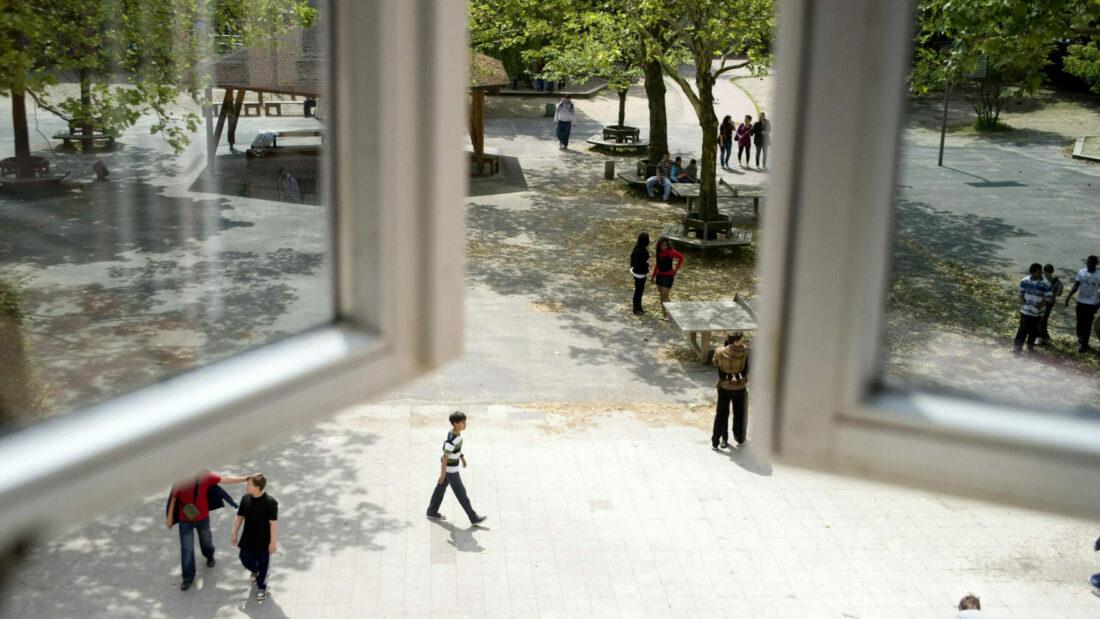 Blick auf Schulhof