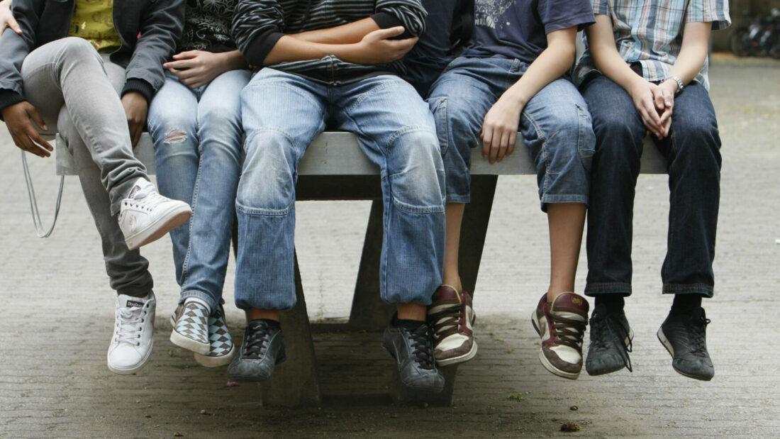 Schüler auf Tischtennisplatte