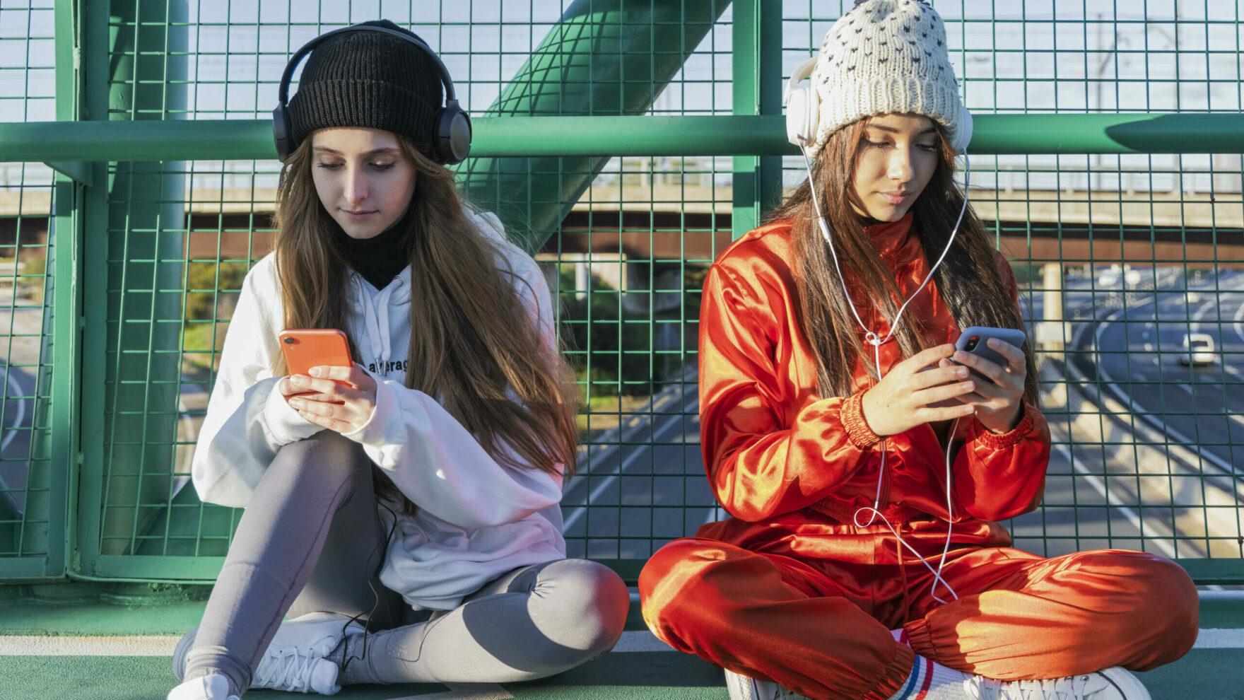 Zwei Mädchen mit Handys